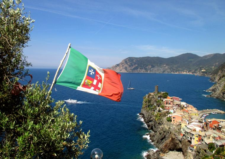 45 leaving vernazza with italian marittime flag