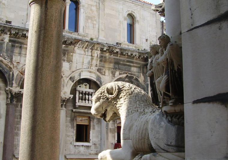 Split roman lion in palace