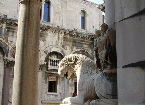 Split roman lion in palace